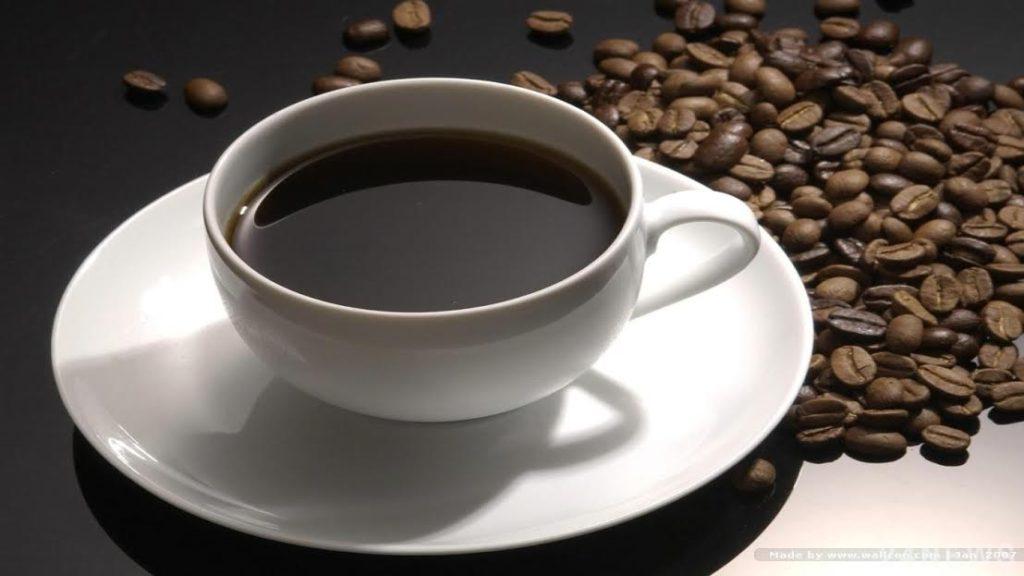 Четыре чашки кофе в день не обезвоживают организм, выяснили ученые