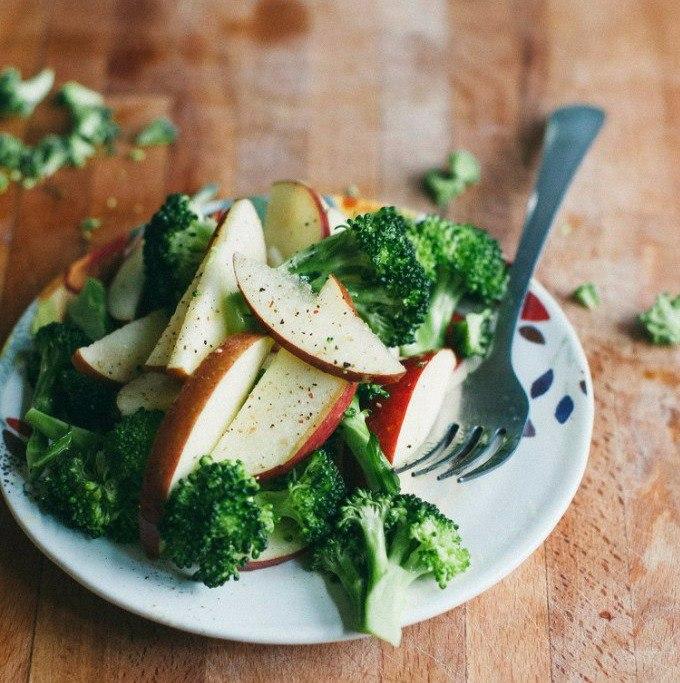 Нежный яблочный салат с брокколи